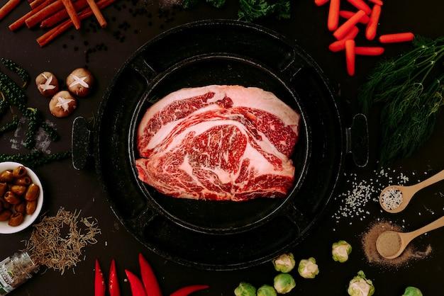 健康的な肉の夕食を調理するための材料。