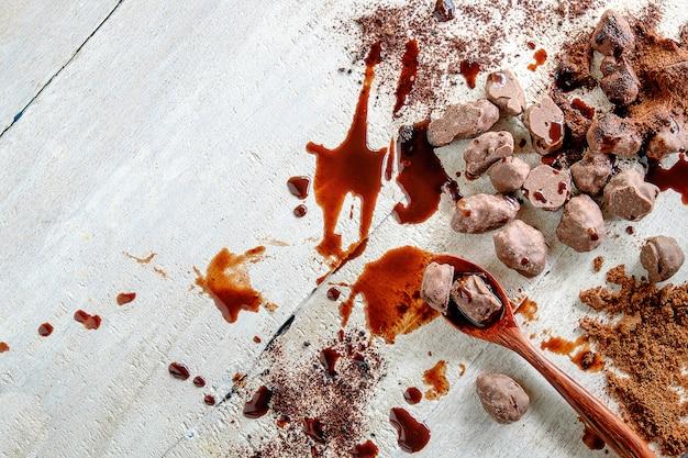 ホットチョコレートを調理するための材料。ダークチョコレート、ココアパウダー、チョコレート