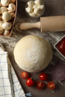 Ингредиенты для приготовления пиццы на сером столе