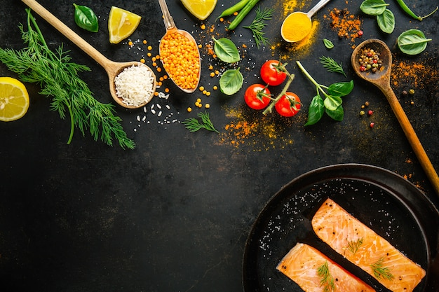 Ингредиенты для приготовления пищи на черном фоне.