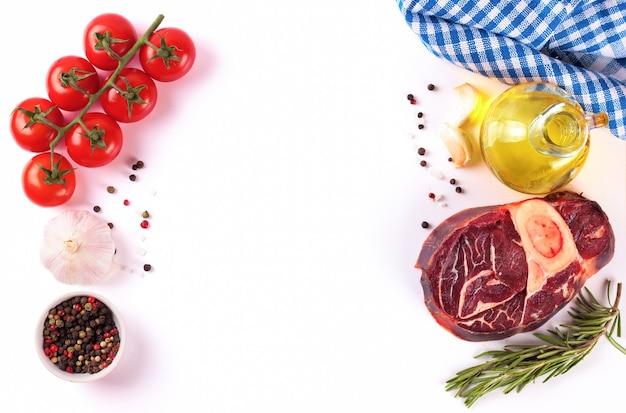 Ингредиенты для приготовления. сырой стейк из говядины с косточкой и специями