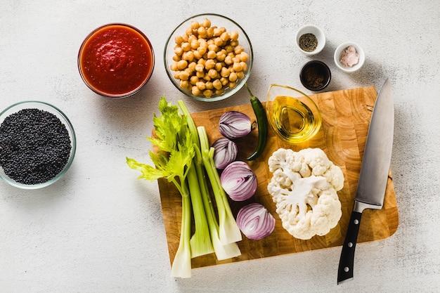 Ингредиенты для приготовления супа на разделочной доске