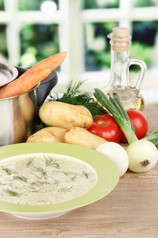 台所のテーブルでスープを調理するための材料