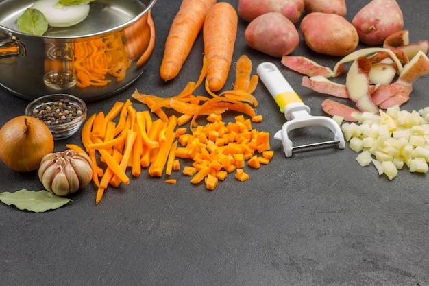 野菜スープを調理するための材料。