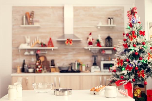 Ингредиенты для вкусного печенья на рождество на пустой кухне