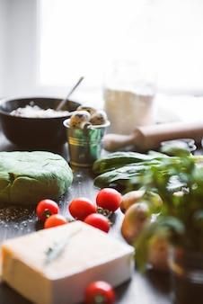 리코타와 시금치에서 심장의 형태로 그린 라비올리의 재료. 성 발렌타인 데이 축제 저녁 식사를 위해 안주인이 준비했습니다.