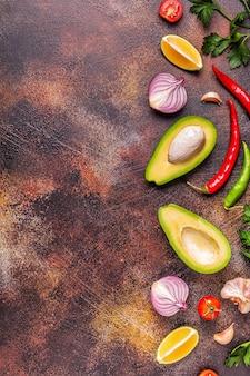 Ингредиенты для гуакамоле: авокадо, лайм, помидор, лук и специи.