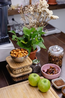木製テーブルのキッチンでヘルシーなデザートチアプリンの材料