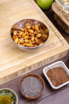 Ингредиенты для здоровых десертных пудингов чиа на кухне на деревянном столе