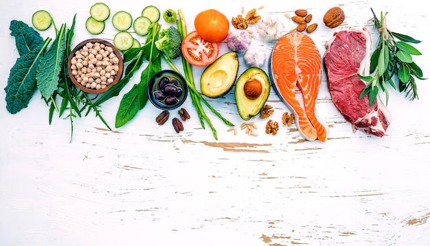 흰색 나무 배경에 건강 식품 선택 재료.