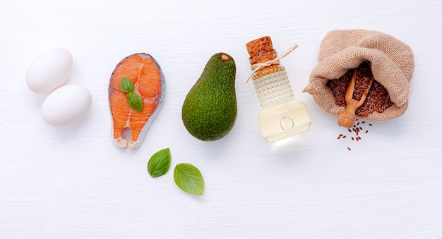 白い木製の背景に健康的な食品の選択のための成分。