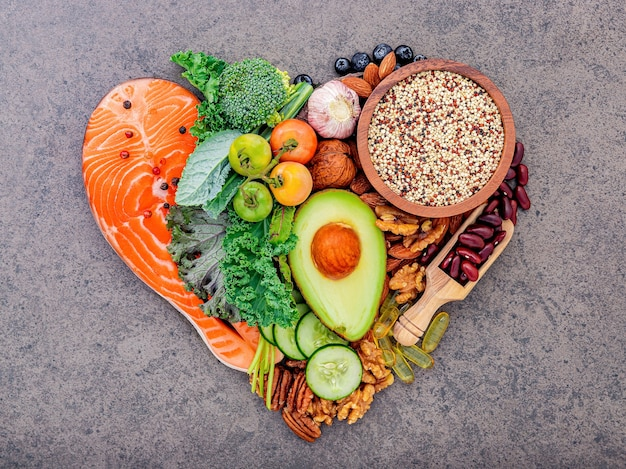 Ингредиенты для выбора здоровой пищи на белом деревянном фоне.