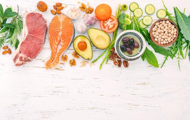 흰색 나무 바탕에 건강 식품 선택을위한 재료입니다. 프리미엄 사진