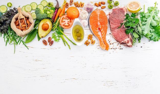 Ингредиенты для выбора здоровой пищи на белом фоне деревянных.