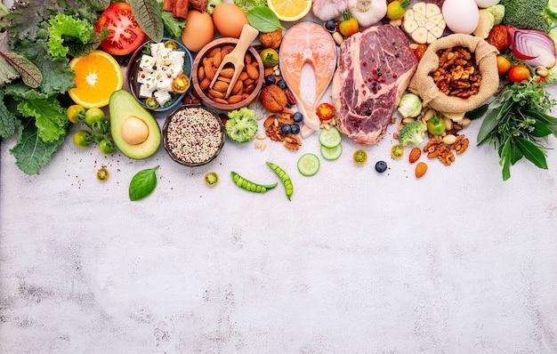흰색 콘크리트 배경에 설정된 건강 식품 선택을위한 재료