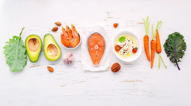 흰색 나무 배경에 설정 건강 식품 선택을위한 재료