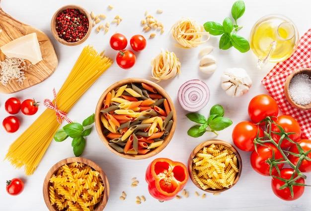 イタリア料理の平干し、パスタスパゲッティペンネフジッリトマトオイル野菜の材料