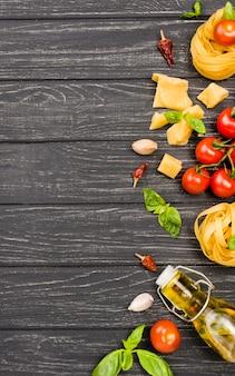 机の上のイタリア料理の食材