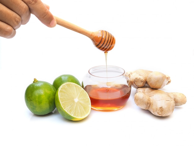はちみつ、ライムレモン、柑橘類、生姜入りのお茶ジュースジュースの材料。