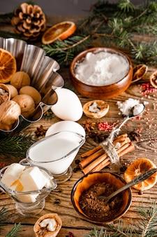 Ингредиенты для приготовления новогоднего кекса на столе, фото вертикальное