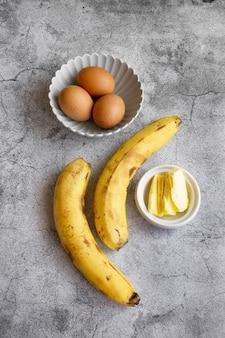 Ингредиенты для приготовления бананового хлеба. сладкий домашний десерт, выпечка