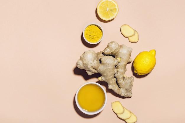 生姜の水や飲み物を作るための材料。免疫力の強化とデトックスの概念。