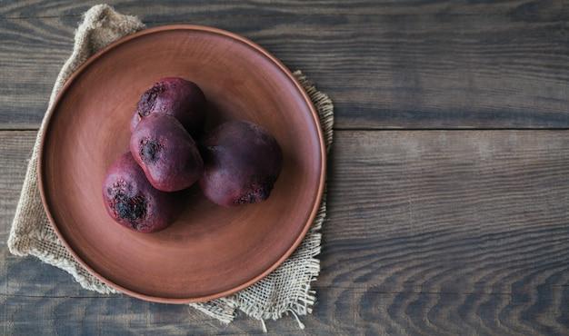 삶은 비트 뿌리로 건강한 비건 음식을 만들기위한 재료