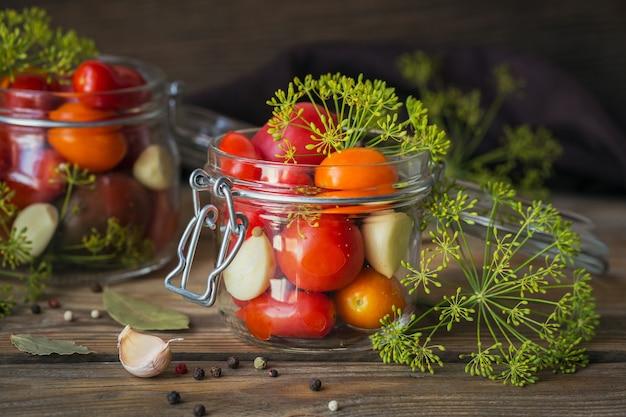 건강한 채식 음식을 만들기위한 재료입니다. 절인 야채. 보존을 위해 준비중인 토마토