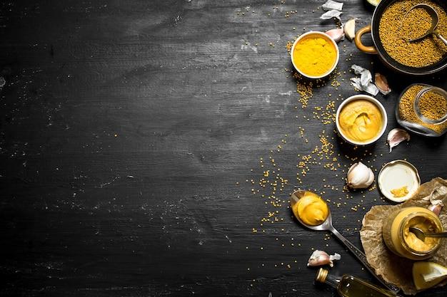Ингредиенты для приготовления горчицы. на черной доске.