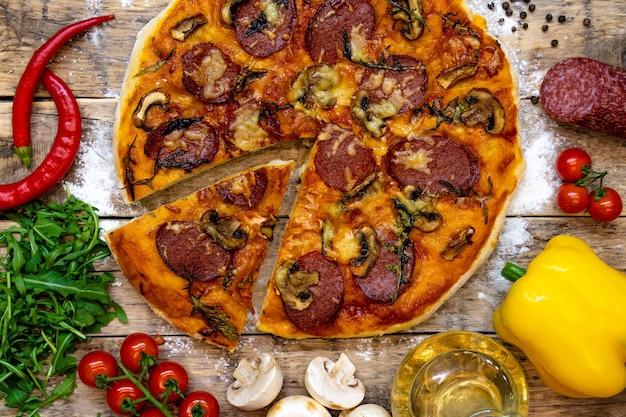 나무 테이블에 구운 피자를 만들기위한 재료, 평면도, 단계별 조리법.