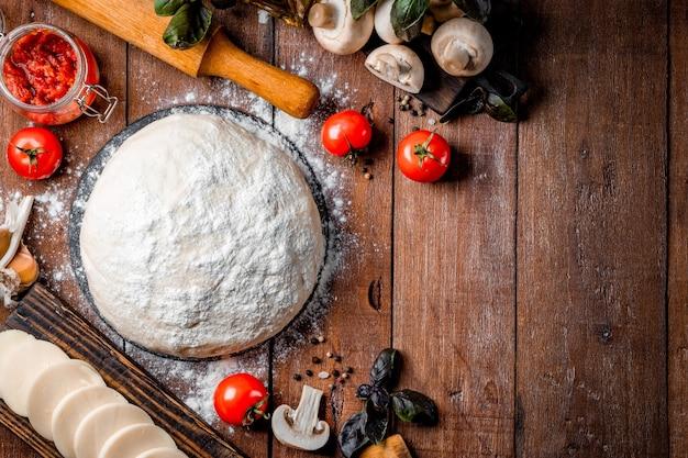 나무에 피자를 만들기위한 재료