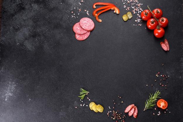 Ингредиенты для приготовления пиццы с колбасными помидорами и сыром в подовой печи. средиземноморская кухня