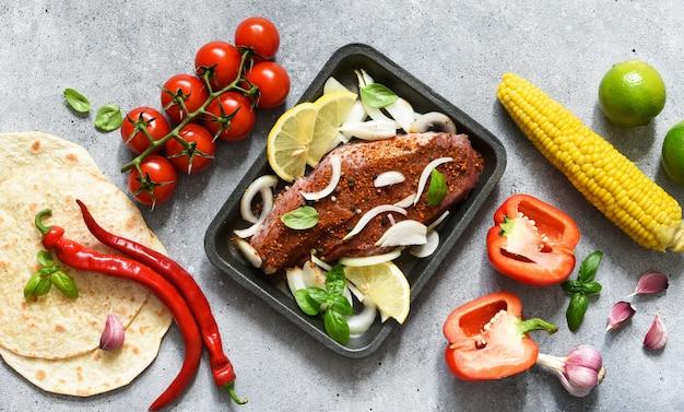 Ингредиенты для приготовления тако. мексиканская еда. кукурузная лепешка с говядиной и овощами.