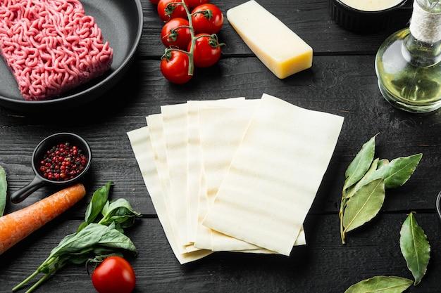 전통 라자냐를 만들기위한 재료. 말하다, 파스타, 치즈, 토마토, 베 샤멜 세트, 블랙