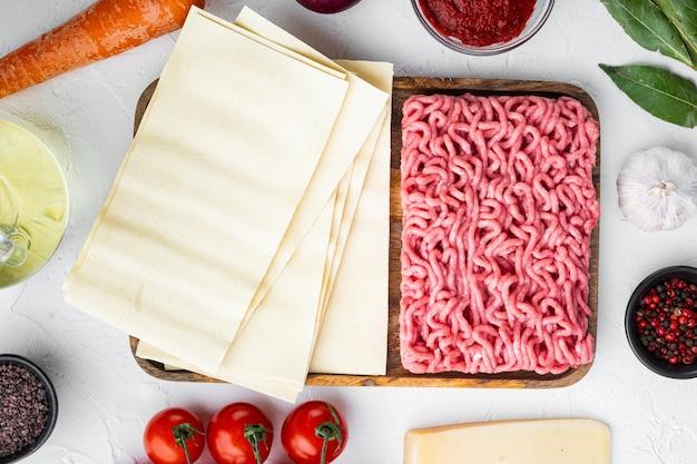 전통 라자냐를 만들기위한 재료. 말하다, 파스타, 치즈, 토마토, 베 샤멜 세트, 흰 돌에