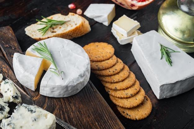 Ингредиенты для средиземноморской кухни, мясной сыр, набор трав на темном деревянном фоне