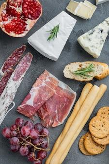 지중해 음식, 고기 치즈, 허브 세트 재료, 회색 배경, 위쪽