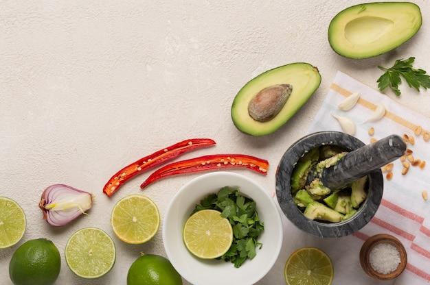 メキシコソースワカモレ料理の背景の材料。