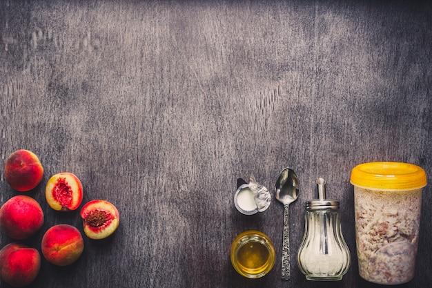 ダークウッドのテーブルの上のオートミールの成分健康食品のトップビューコピースペーストーンのコンセプト