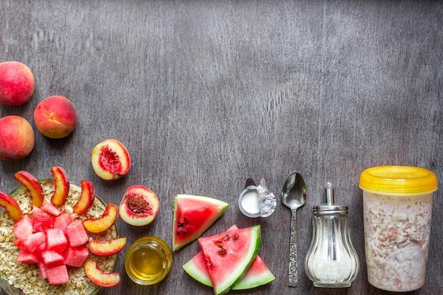 健康食品のトップビューコピースペースの暗い木製のテーブルの概念上のオートミールの成分