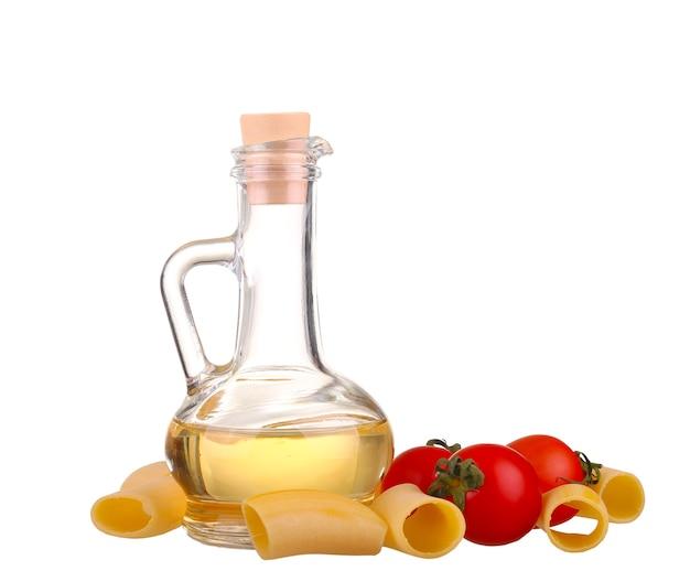 パスタの材料。白で分離されたスパゲッティ、チェリー、唐辛子、油、ニンニク