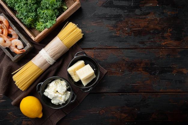해산물 파스타 재료. 새우, 스파게티, 치즈, 리코 타 세트, 오래 된 어두운 나무 테이블, 평면도 평면 누워