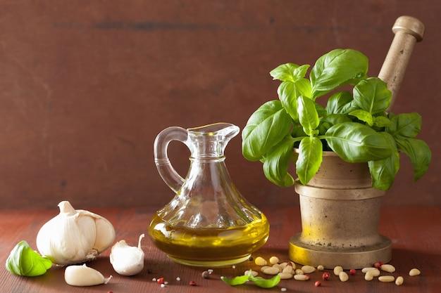 Ингредиенты для соуса песто на деревянном деревенском фоне