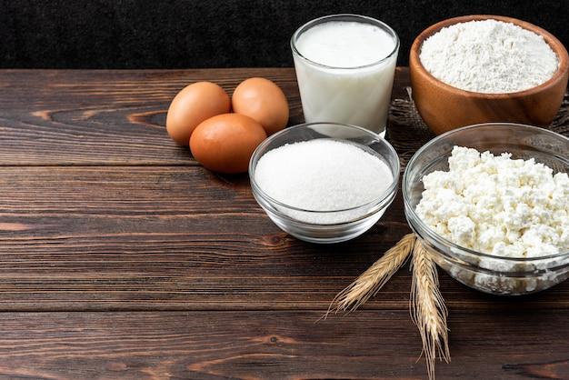 カッテージチーズのパンケーキを作るための材料。カッテージチーズ、卵、牛乳、砂糖、小麦粉。