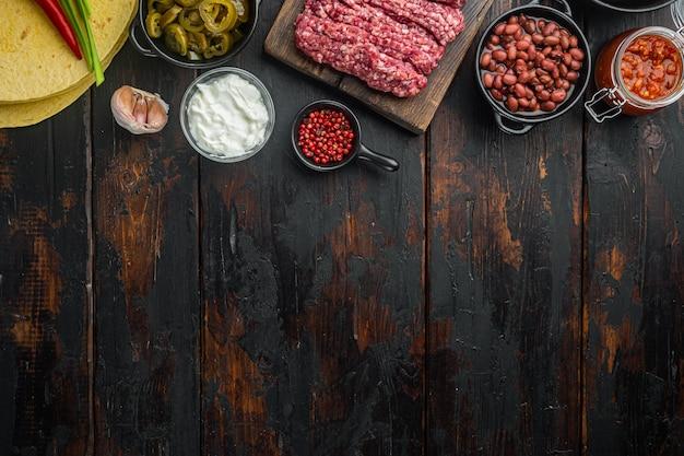 Ингредиенты для кесадильи с куриной тортильей, кукурузой, курицей, луком, сыром