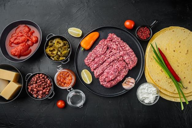 Ингредиенты для кесадильи с куриной тортильей, кукурузой, курицей, луком