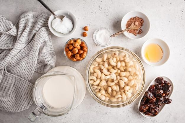 원시 채식 케이크 재료, 흰색 배경에 캐슈 케이크. 프리미엄 사진