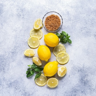 Ингредиенты для освежающего лимонада, вид сверху.
