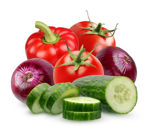 Ингридиенты для салата изолированного на белой предпосылке. куча овощей: ломтики огурца, помидор, красный лук и сладкий перец.
