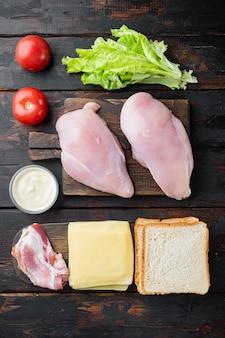 샌드위치, 베이컨, 치즈, 토마토, 닭고기, 양상추, 소스 재료, 오래된 나무 테이블에